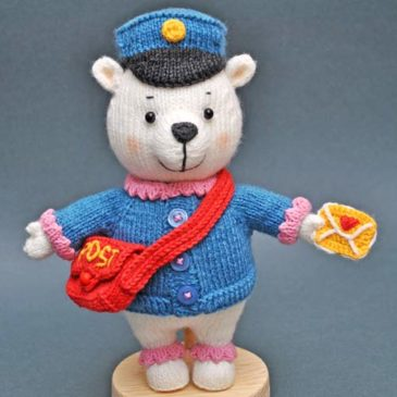 Вязаный медведь-почтальон