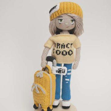 Вязаная кукла турист