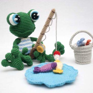 Вязаная лягушка рыбак