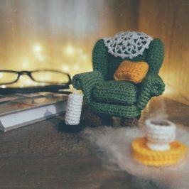 Вязаное миниатюрное кресло