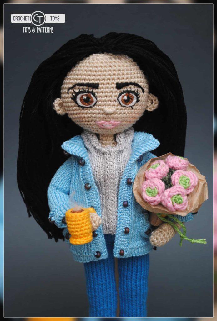 Вязаная кукла с букетом цветов